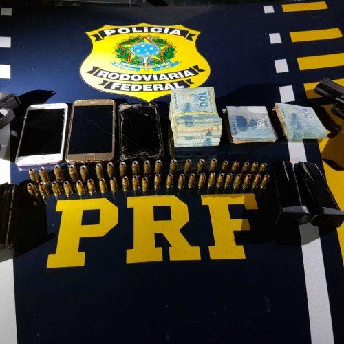 PRF prende duas pessoas por porte ilegal de arma de fogo de uso restrito na BR 343