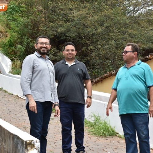 Padre Walmir vistoria obras de escadarias e galerias no entorno dos morros de Picos