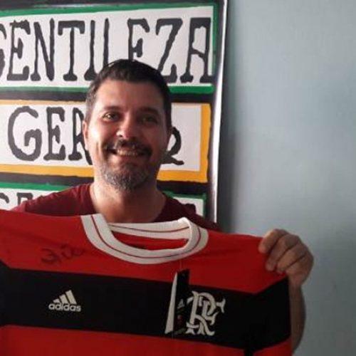 PICOS | APAPI promoverá rifa de uma camisa oficial do Flamengo autografada pelo Zico