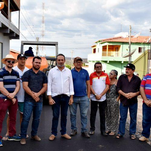 Prefeitura inicia pavimentação asfáltica de 9 ruas em Alagoinha; Jorismar, Cicero e vereadores acompanham obra