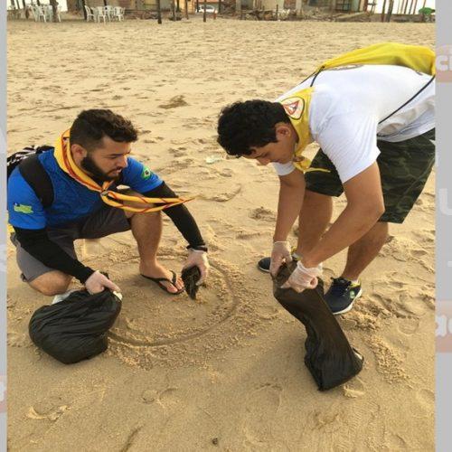 Voluntários fazem mutirão para limpar manchas de óleo em praias no Litoral do PI: 'somar esforços'