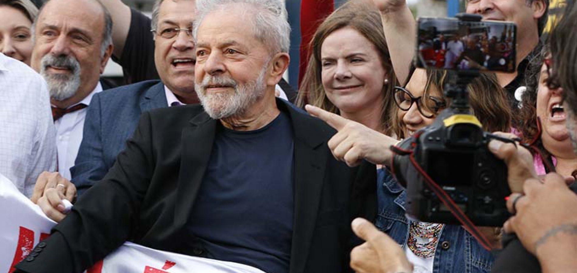 """Em 1º discurso, Lula ataca """"lado podre"""" da justiça, do MP e agradece militantes"""