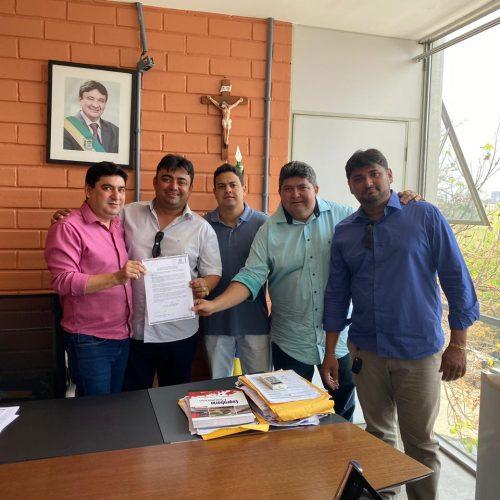 ALEGRETE | Prefeito acompanha assinatura de ordem de serviço para construção de Estádio e faz aquisição de van da saúde