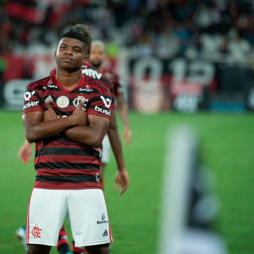 Flamengo sofre, mas bate Botafogo e mantém 8 pontos de vantagem para o Palmeiras