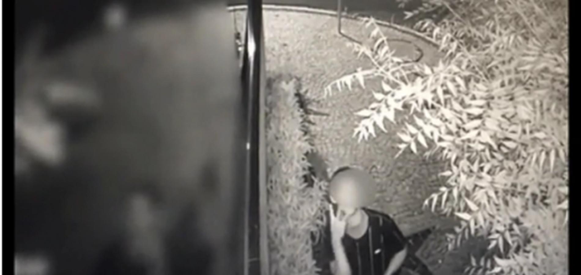 Arrombador faz sinal para câmera de segurança mostrando quantidade de crimes cometidos no dia