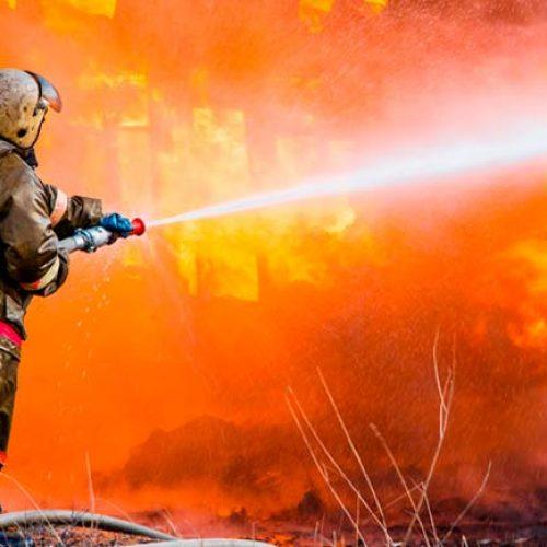 Casa pega fogo em Picos e põe em risco moradias vizinhas