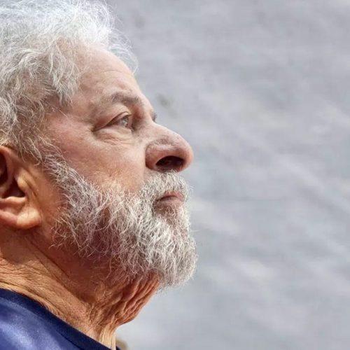 Lula processa dono de empresa por faixa que chama ex-presidente de 'cachaceiro'
