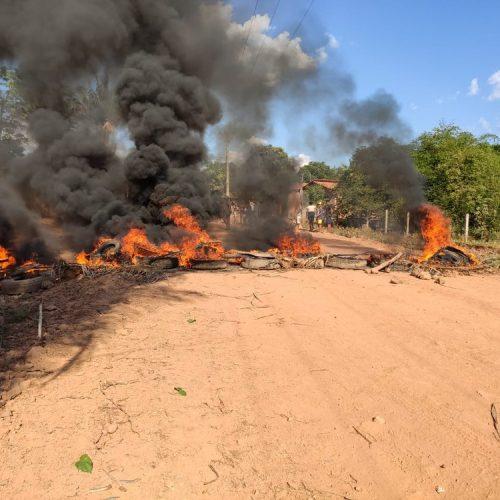 Obra é paralisada pela terceira vez e moradores interditam estrada durante protesto no PI