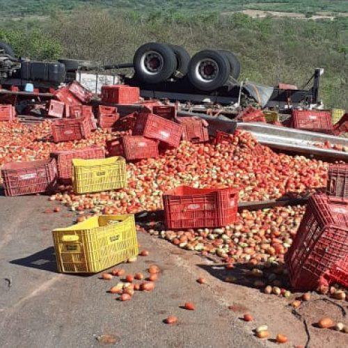 Caminhão carregado de tomates tomba na ladeira do 'S' em Marcolândia; veja vídeo