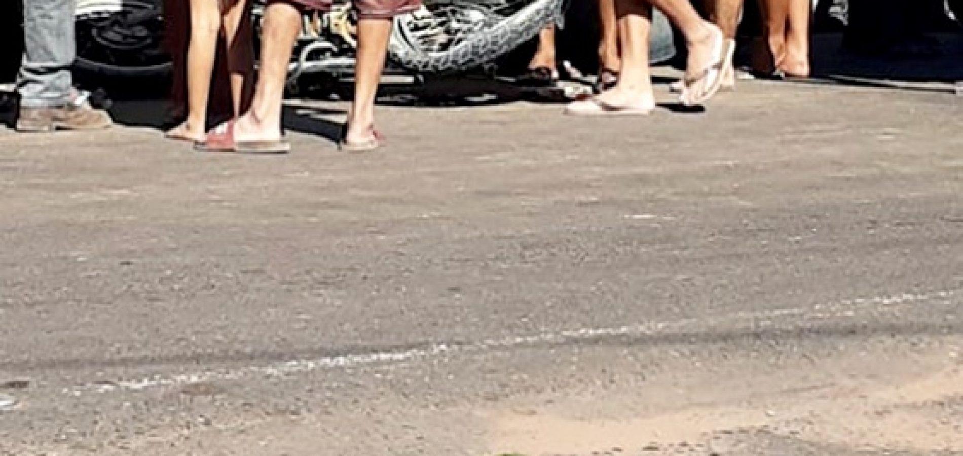 MARCOLÂNDIA   Motociclista colide contra caçamba parada, cai e morre atropelado por caminhão