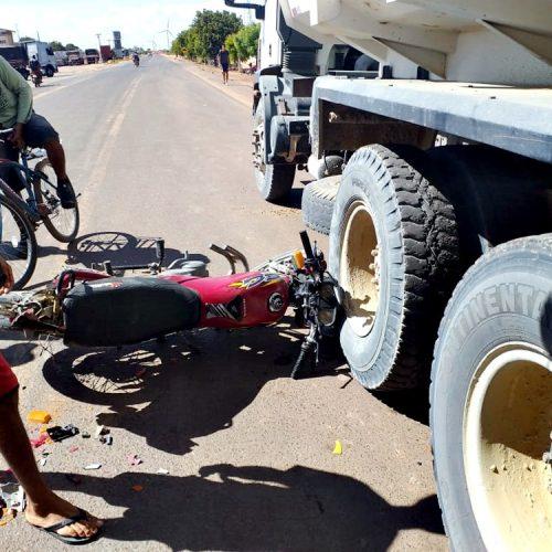 Motociclista que morreu atropelado por caminhão tentou fazer ultrapassagem, diz PM de Marcolândia