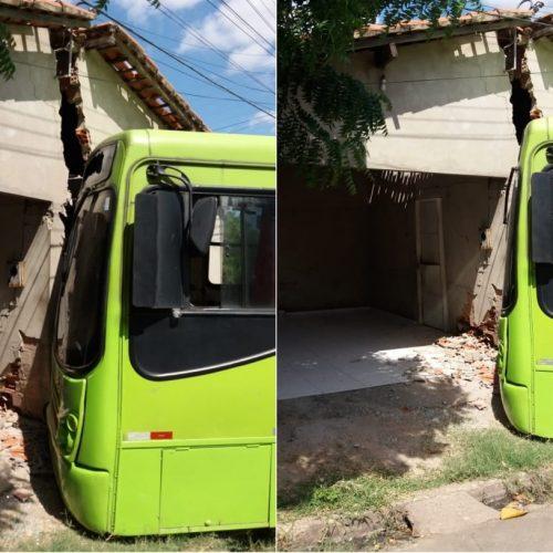PI   Ônibus invade casa após peça quebrar e motorista perder controle da direção