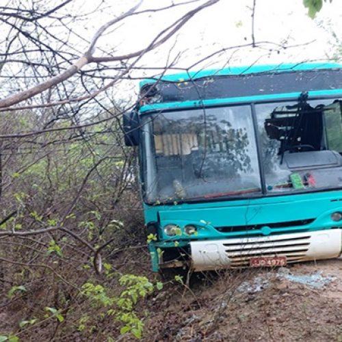 Ônibus escolar fica à beira de ribanceira de 5 metros de profundidade em município do Piauí