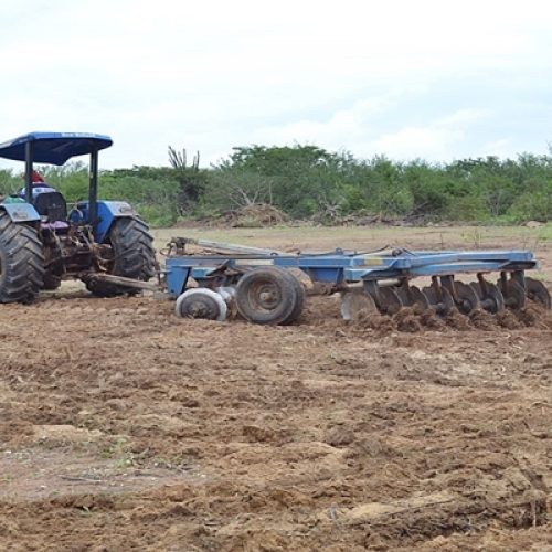 Prefeitura de Curral Novo do Piauí beneficia agricultores com aração de terra