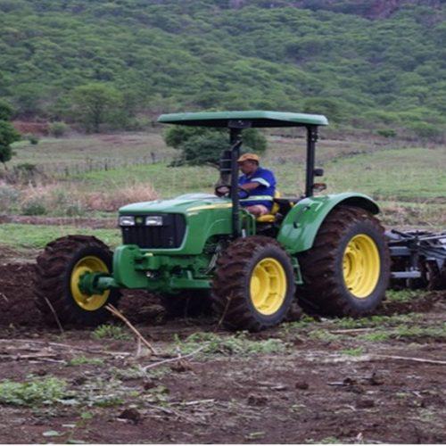 Prefeitura de Santana atende agricultores com patrulha mecanizada que auxilia na preparação da terra para plantio