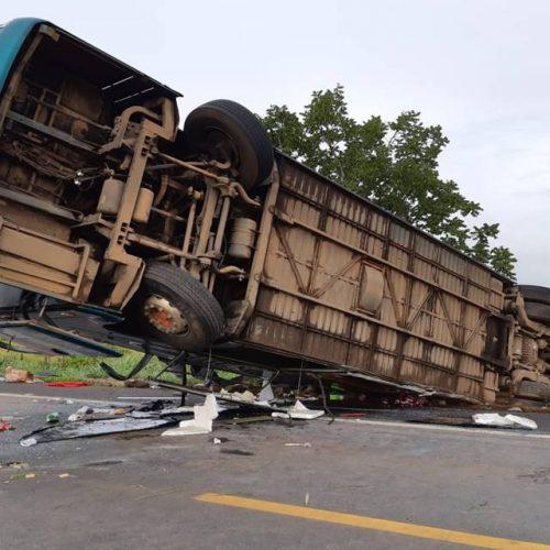 Ônibus que partiu do Piauí com destino a São Paulo tomba e deixa uma pessoa morta e 7 feridas