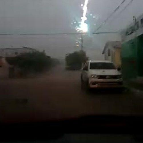 Durante forte chuva,internauta registra momento que raio atinge poste em Simões; vídeo