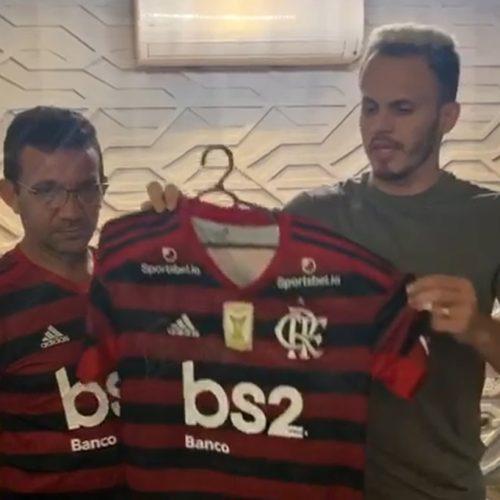 Renê doa camisa autografada do Flamengo para ajudar paciente com câncer em Picos