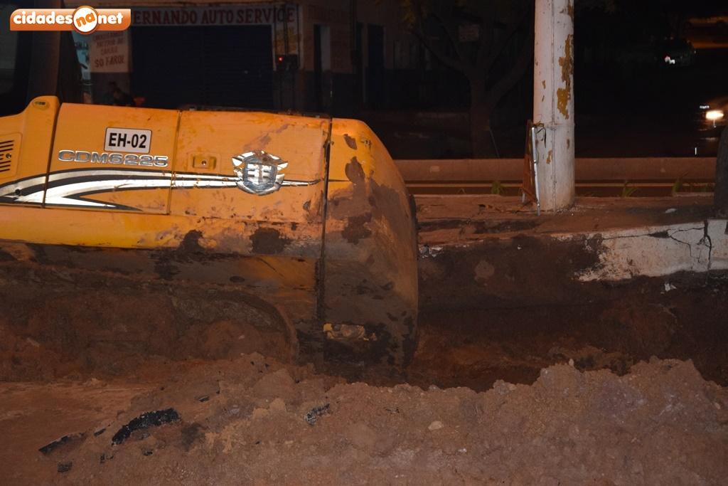 Retroescavadeira afunda em obras das laterais da BR-316 em Picos 3