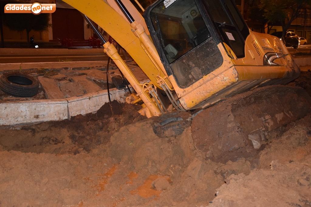 Retroescavadeira afunda em obras das laterais da BR-316 em Picos 4