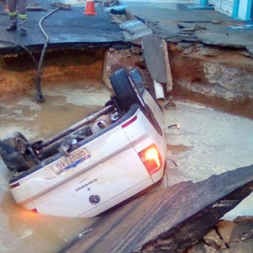 Adutora rompe e carro cai em cratera na zona Sul; 80% de Teresina fica sem água