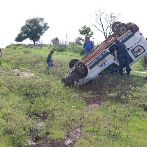 Motorista dorme ao volante e ambulância capota em estrada do Piauí