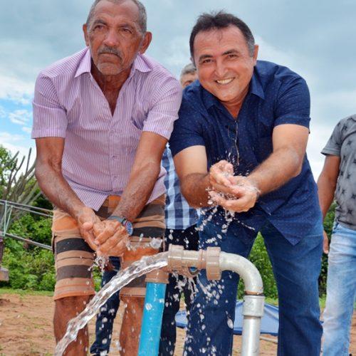 PATOS | Prefeito Agenilson inaugura poço na zona rural e beneficia 20 famílias