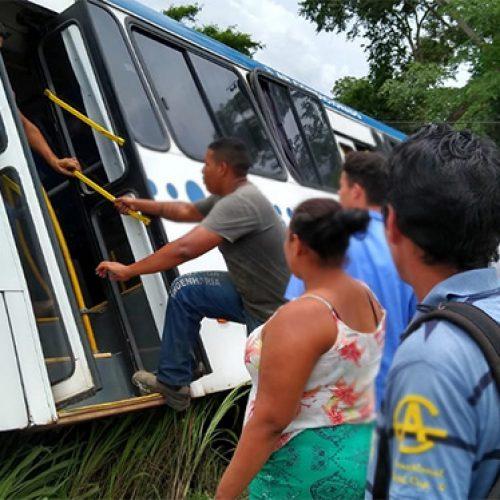 Vídeo: ônibus lotado cai em barranco entre Teresina e Altos