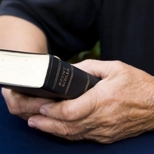 PI | Assaltante confunde bíblia com carteira e leva livro de idosa que voltava de igreja