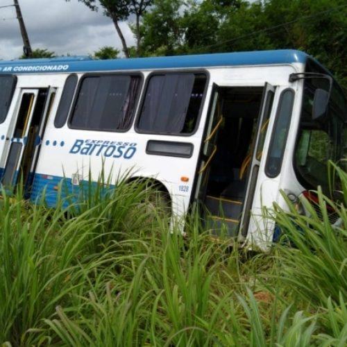 Ônibus sai da pista após motorista tentar evitar colisão na BR-343