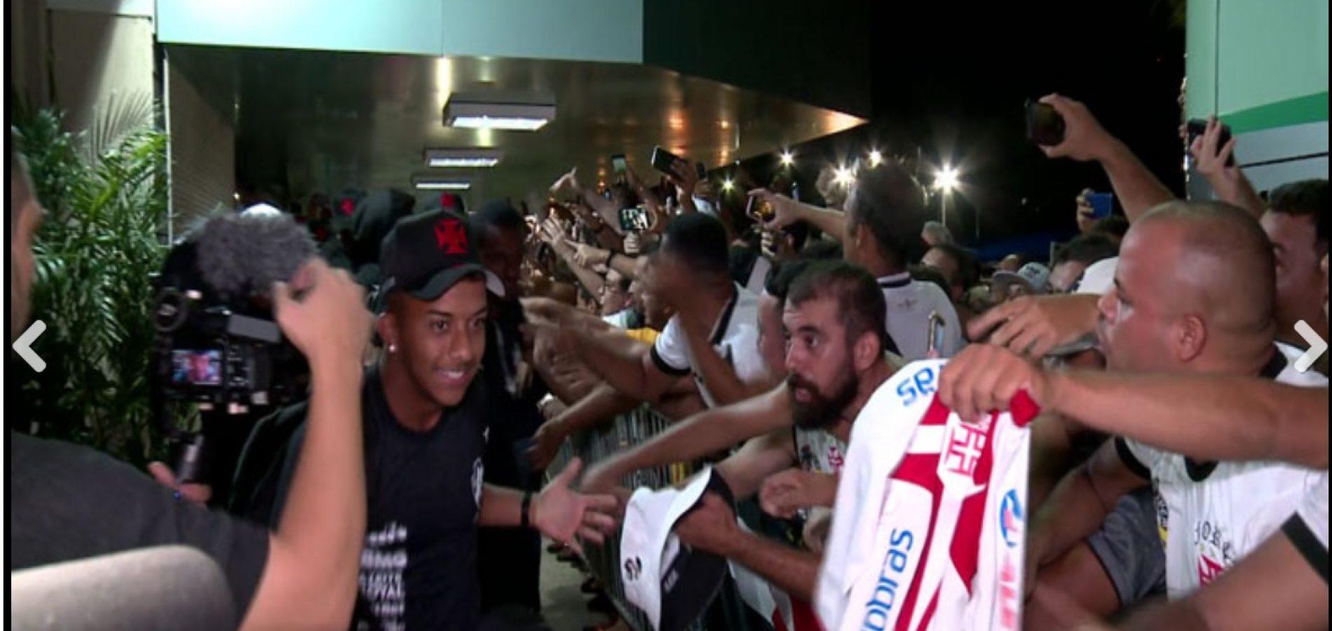 Delegação do Vasco é recebida com festa no desembarque em Teresina; veja vídeo