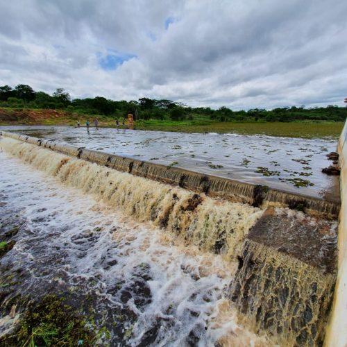 Barragem de Caraíbas volta a transbordar em Massapê do Piauí; veja imagens