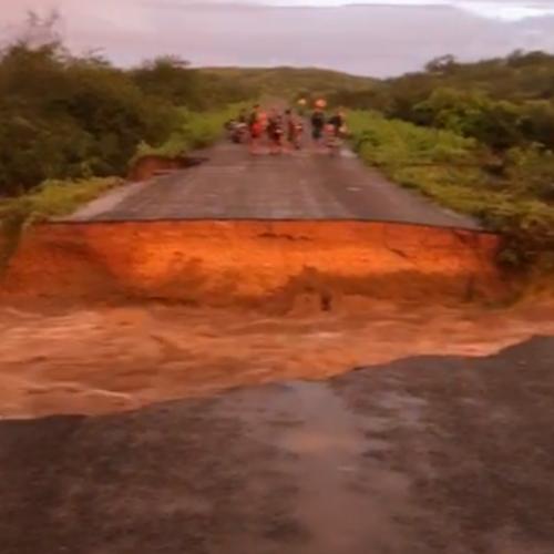 Após intensas chuvas, forte correnteza rompe asfalto da PI-378 que liga Pio IX à BR-020; veja vídeos