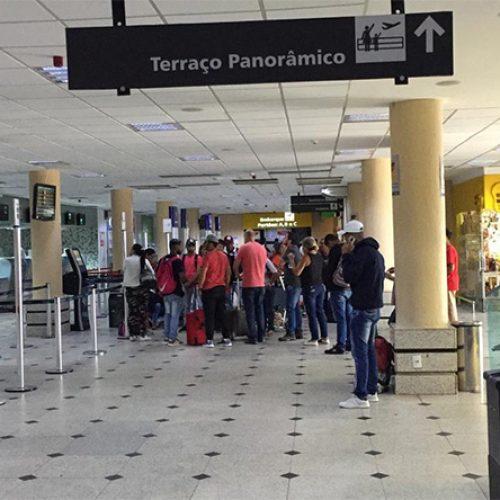 PI | Voo atrasa quase 10 horas e Procon autua empresa; passageiros dormem no aeroporto