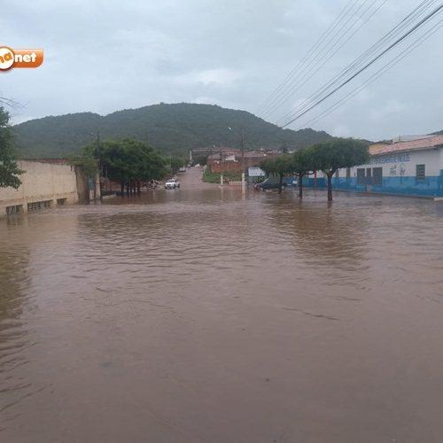 Forte chuva deixa ruas alagadas em Simões; veja fotos !