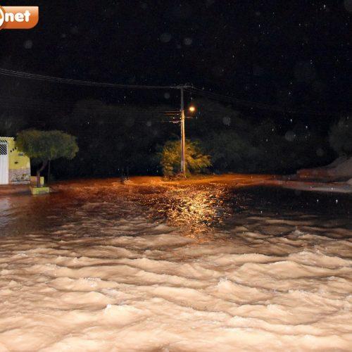 Em Alegrete, açude transborda, invade casas e deixa moradores assustados com risco de enchente
