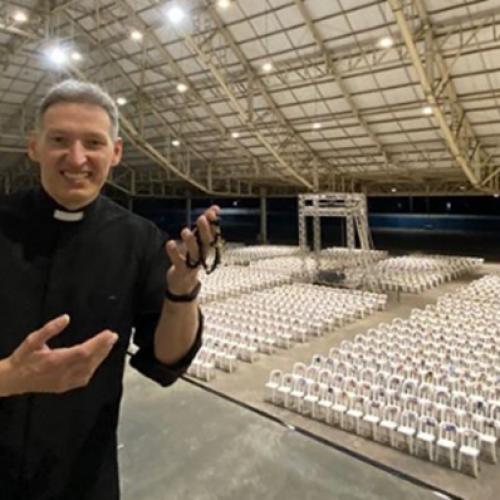 Padre Marcelo Rossi celebra missa sem público, mas com fotos de fiéis