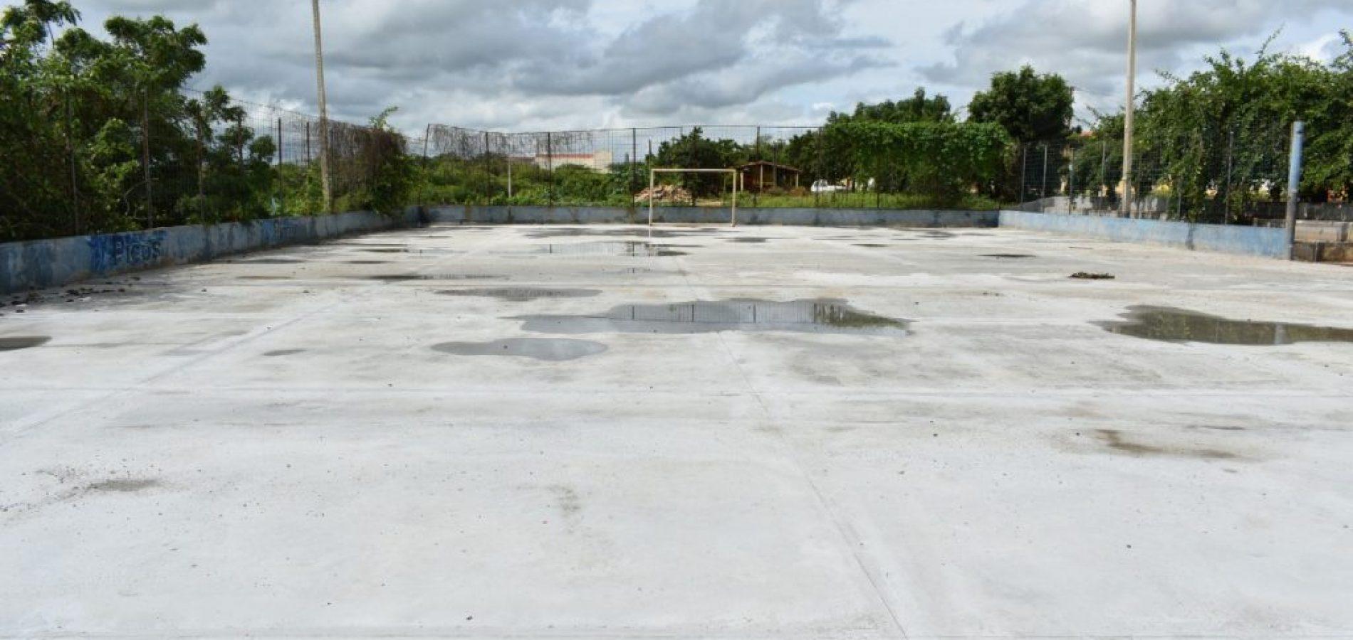 Quadra de esportes no bairro Pantanalestá sendo revitalizada pelaPrefeitura de Picos