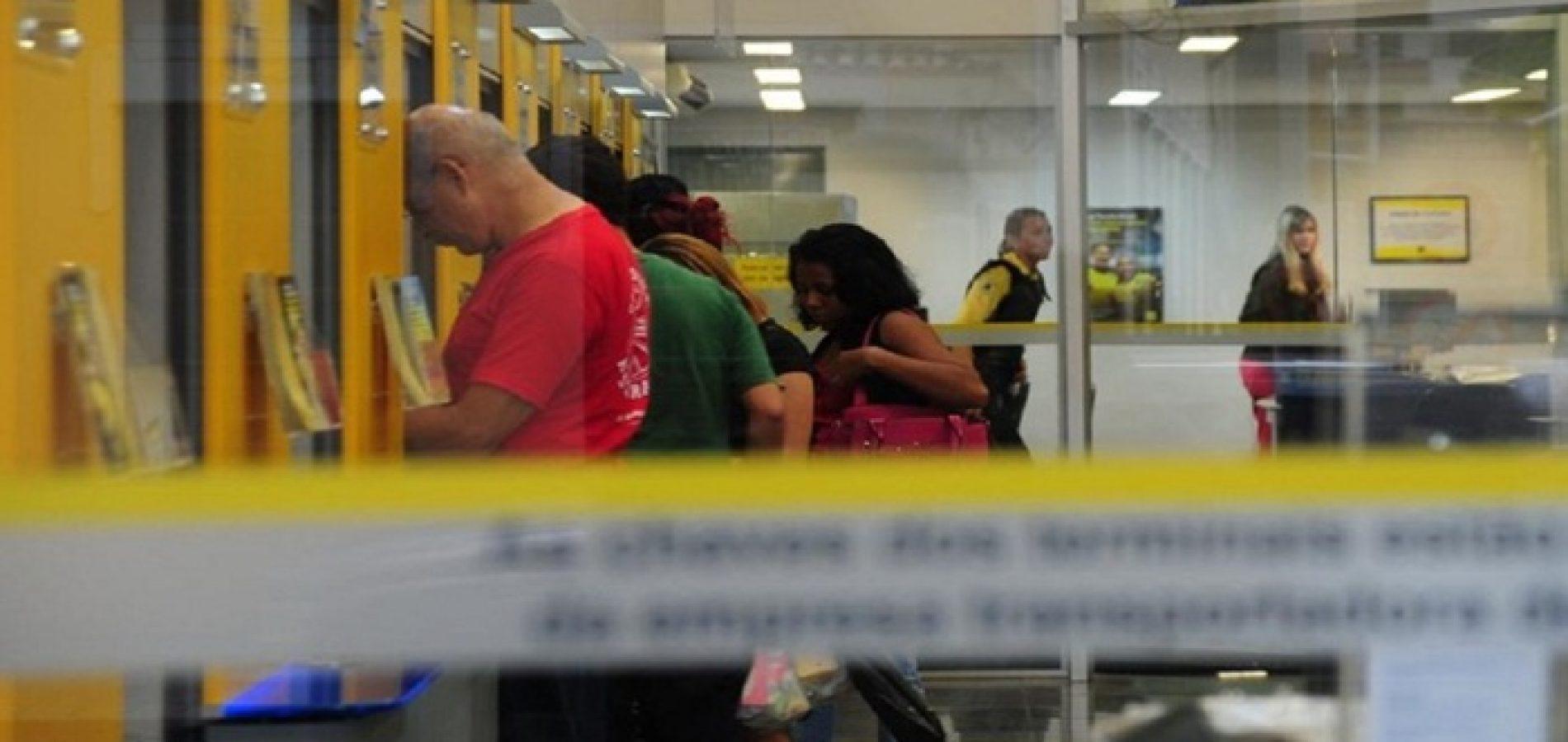 Sob decreto de isolamento, população lota agências bancárias em Teresina