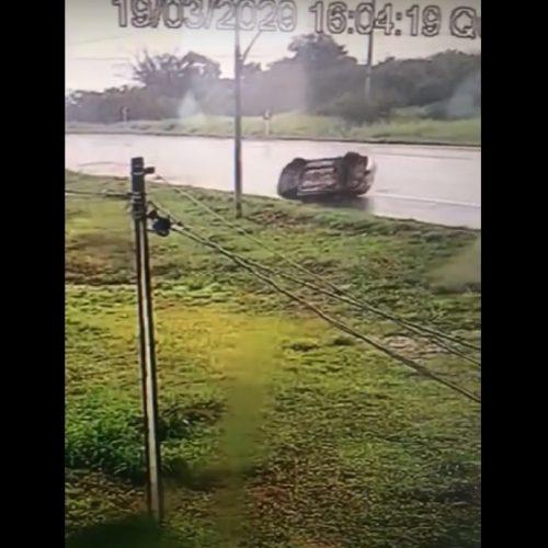 Motorista perde controle de carro e capota em Picos