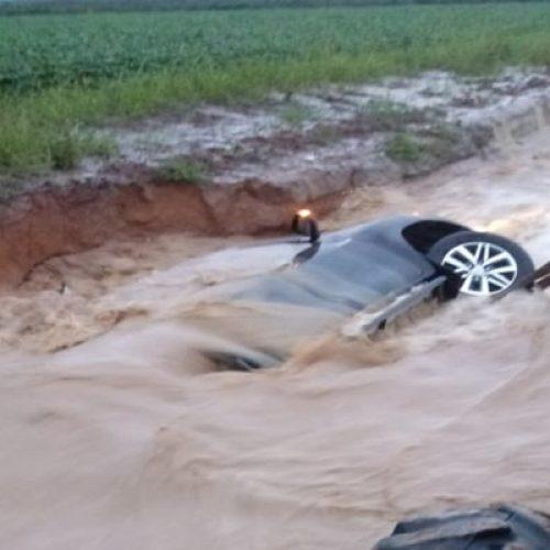 Enxurrada arrasta carros, forma crateras e destrói PI-392 no Sul do Piauí