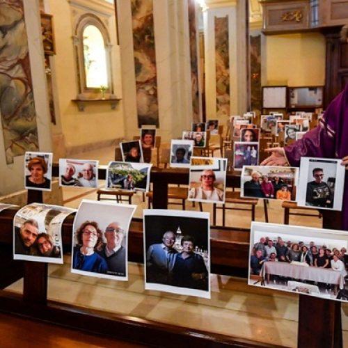 """Padre celebra missa com fotos dos fiéis coladas nos bancos da igreja; """"é uma maneira de me fazer sentir menos só"""""""