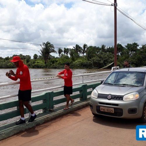 Bombeiros isolam ponte após flagrar crianças pulando em rio no Piauí