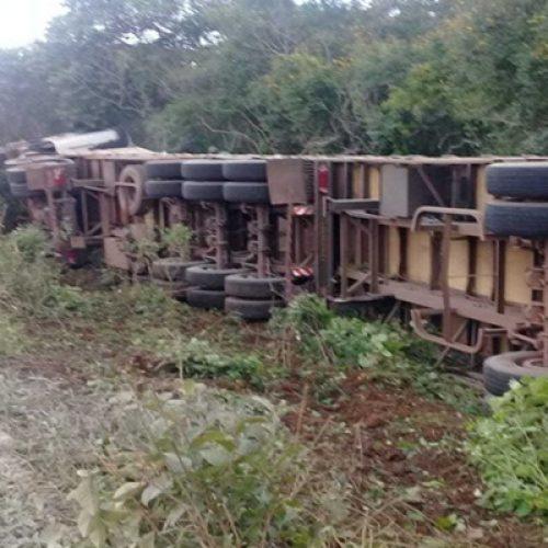 Carreta carregada de cimento tomba e carga é saqueada em BR no Piauí; vídeo