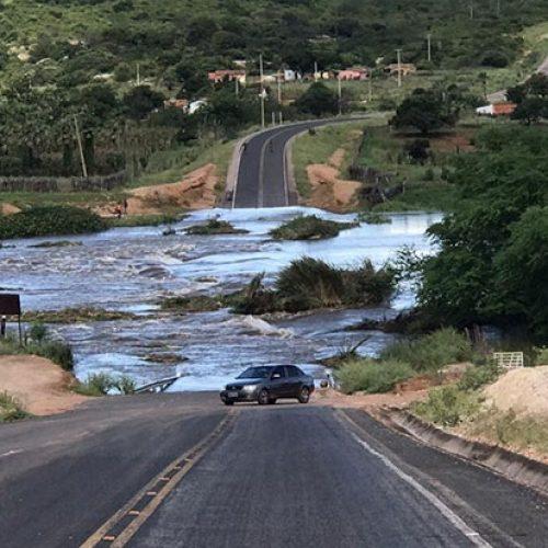 Barragem Pedra Redonda transborda e água interdita PI que liga Jacobina do Piauí e Conceição do Canindé