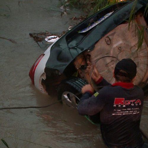 Carro é arrastado pela correnteza e cai em bueiro durante forte chuva em Teresina