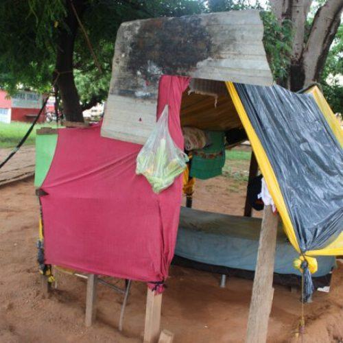 Família vive em barraco de lona na Praça Dr. Antenor Neiva em Picos