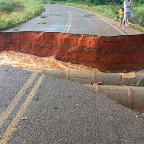 Após fortes chuvas, PI-459 se rompe e isola cidades no sul do Piauí