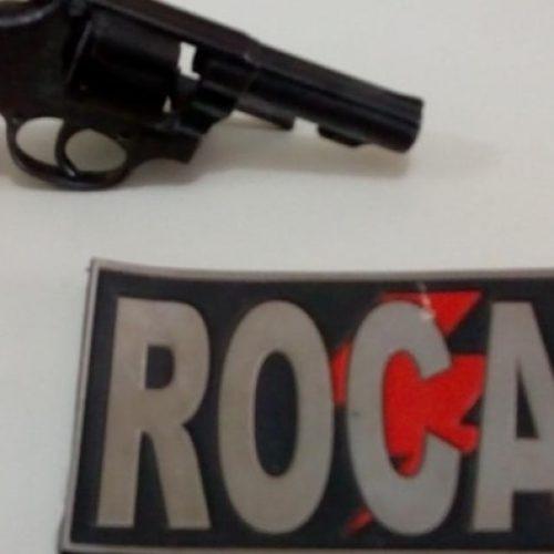 PICOS | Homem é conduzido após ser encontrado com revólver e seis munições no bairro Junco