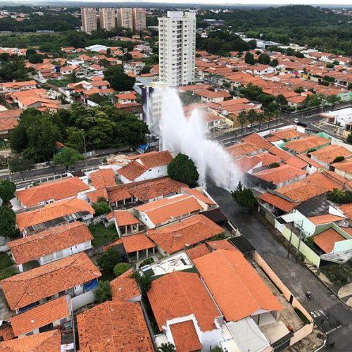 Adutora rompe e tromba de água alaga ruas e residências em Teresina